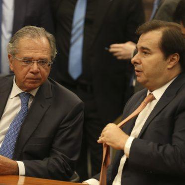 Ao lado do presidente da Câmara, Rodrigo Maia, o ministro da Economia, Paulo Guedes, vai à Comissão de Constituição e Justiça (CCJ) da Câmara, para debater a reforma da Previdência (PEC 6/19).