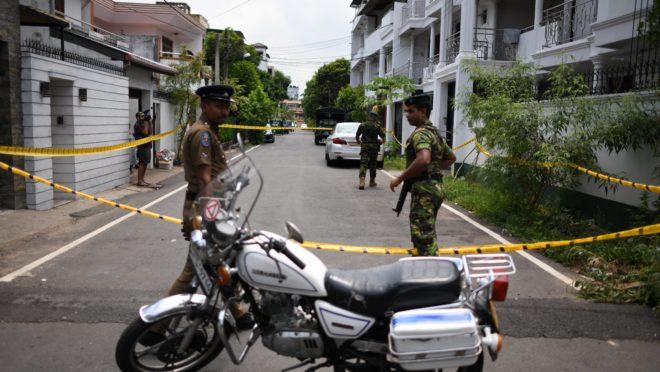 orças de segurança do Sri Lanka ficam de guarda em torno da casa de um dos suspeitos dos atentados suicidas em Colombo | Foto: Mohd RASFAN / AFP