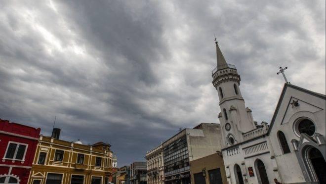centro da cidade com céu nublado e nuvens carregadas