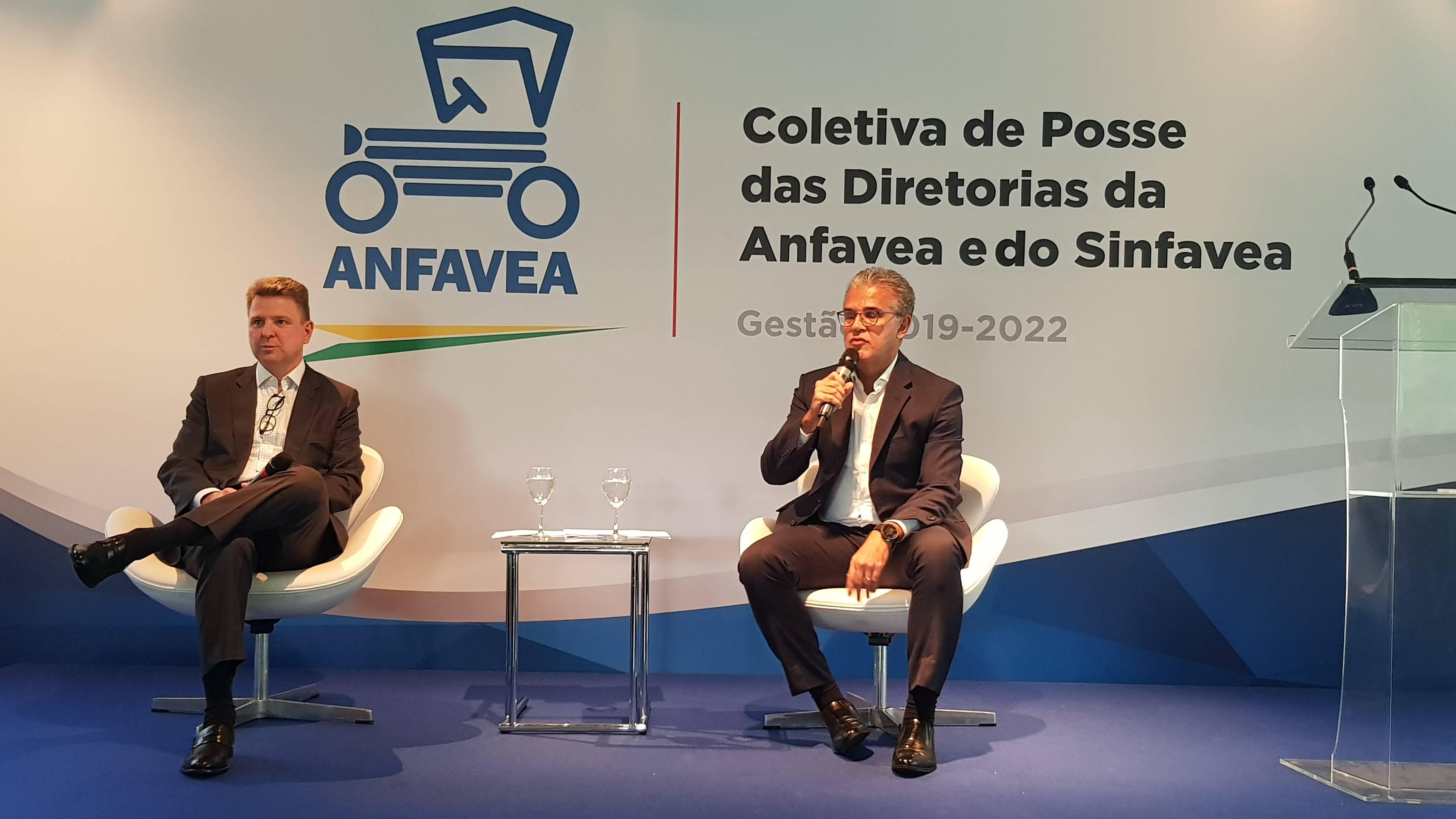Nova gestão da Anfavea: Fabrício Biondo, vice-presidente (esq.) e Luis Carlos Moraes, presidente. Foto: Renyere Trovão/ Gazeta do Povo