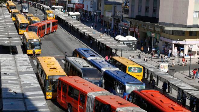 ônibus no centro de Curitiba