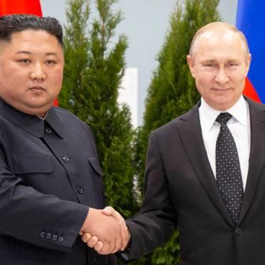 O ditador da Coreia do Norte, Kim Jong-un, cumprimenta o presidente russo Vladimir Putin na primeira cúpula entre os dois líderes, na Rússia | Foto: Alexander Zemlianichenko/POOL/AFP