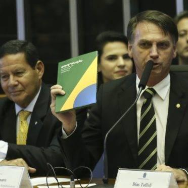 Jair Bolsonaro, então presidente eleito, em sessão solene em comemoração aos 30 anos da Constituição: reforma tira Previdência da Carta Magna. (Foto: Antonio Cruz/ABr)