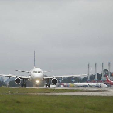 Avião taxia no Aeroporto Afonso Pena
