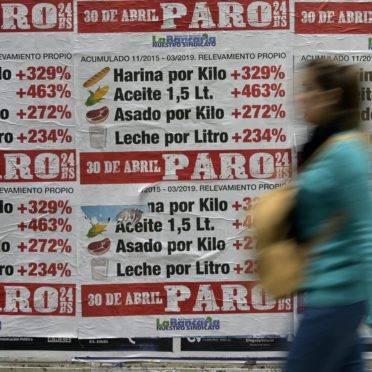 Cartazes convocam cidadãos para uma grande greve nacional em 30 de abril na Argentina ! Foto: JUAN MABROMATA/AFP