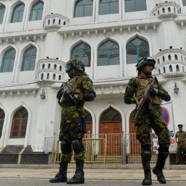 Forças de seguranças montam guarda em frente a uma mesquita, em Colombo, Sri Lanka | Foto: ISHARA S. KODIKARA/AFP