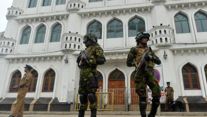Forças de seguranças montam guarda em frente a uma mesquita, em Colombo, Sri Lanka   Foto: ISHARA S. KODIKARA/AFP