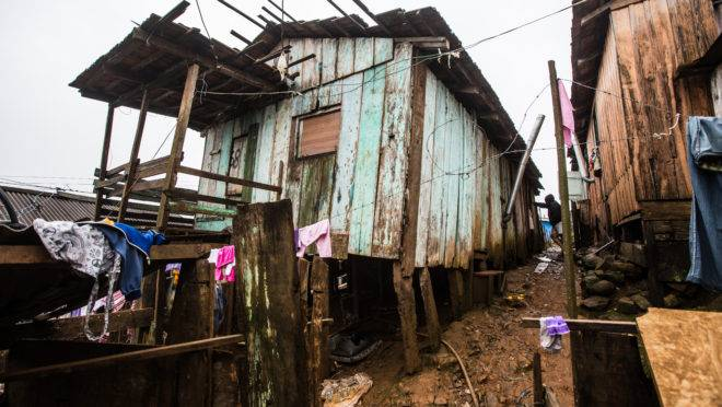 Crise econômica do Brasil repercutiu nos indicadores de pobreza de toda América Latina. (Foto: Brunno Covello / Arquivo / Gazeta do Povo)