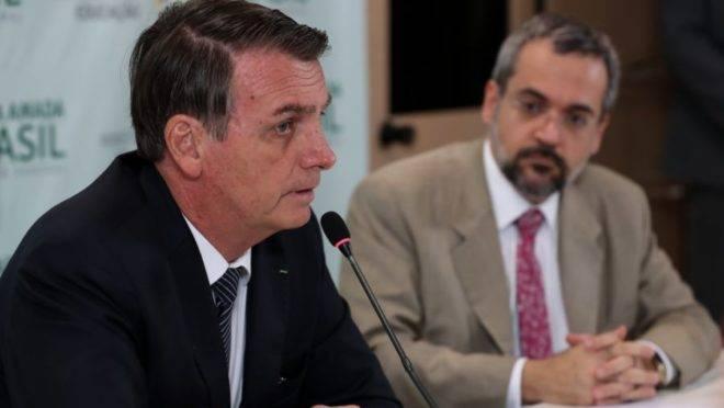 A imagem mostra o presidente da República Jair Bolsonaro em reunião com o ministro da Educação Abraham Weintraub.