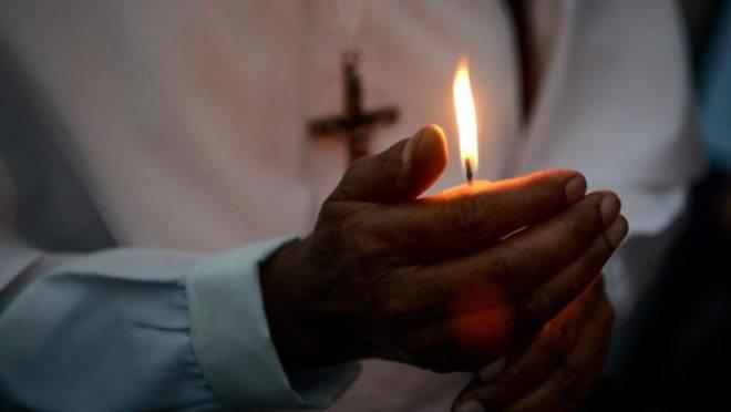 Freiras indianas, cristãos e membros de outras comunidades acendem velas durante uma marcha em solidariedade para homenagear as vítimas dos atentados do Sri Lanka, em Siliguri, Índia, 26 de abril. Foto: DIPTENDU DUTTA / AFP