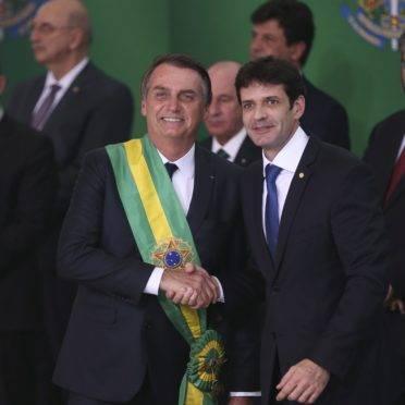 O presidente Jair Bolsonaro empossa o ministro do Turismo, Marcelo Álvaro Antônio, durante cerimônia de nomeação dos ministros de Estado, no Palácio do Planalto. Ministro é suspeito de chefiar esquema de candidaturas laranjas.