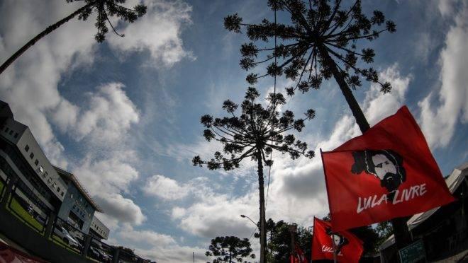 Faixas em frente à Superintendência da Polícia Federal, em Curitiba, onde Lula está preso desde 7 de abril de 2018. (Foto: Jonathan Campos/Gazeta do Povo)