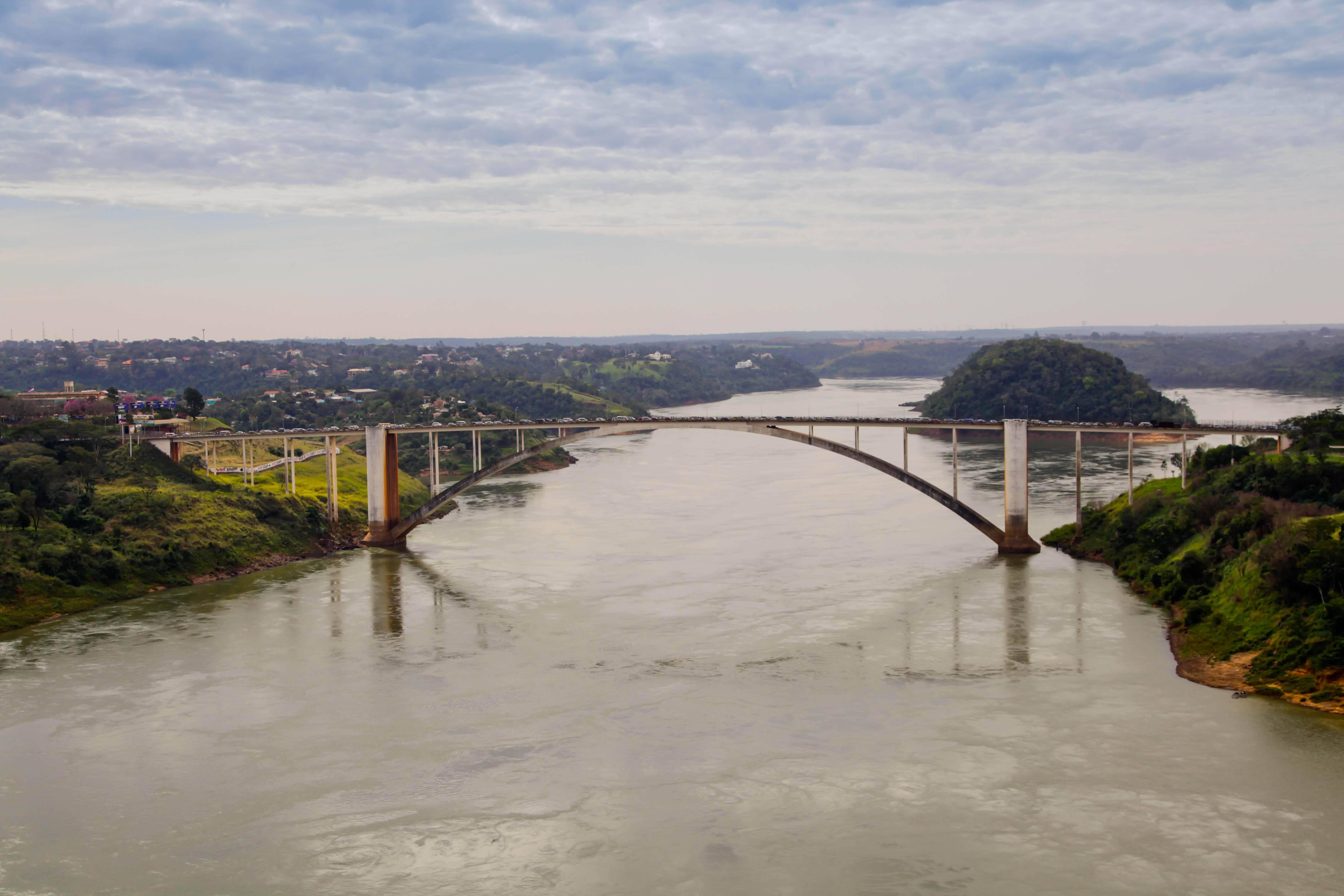 A Ponte da Amizade, que hoje atende todo o fluxo entre Foz e o Paraguai. Foto: Kiko Sierich/Arquivo Gazeta do Povo