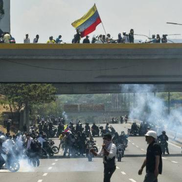 Manifestantes pró-Guaidó entram em conflito com militares leais ao ditador Nicolás Maduro   Foto: Matias DELACROIX / AFP