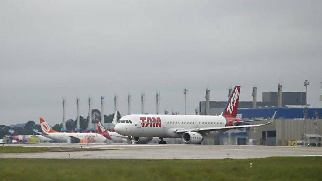 Avião da Latam Airlines no Aeroporto de Curitiba