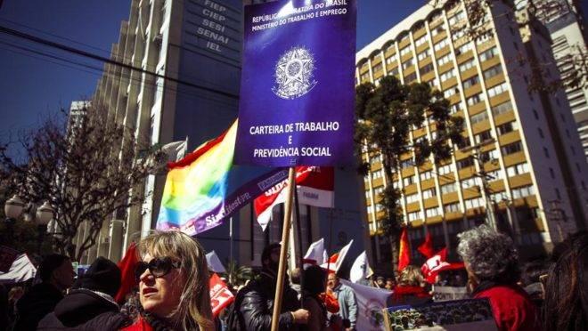 Centrais sindicais como CUT e Central dos Trabalhadores, entre outros afiliados e sindicatos realizam manifestação contra o desemprego e contra a reforma trabalhista. (Foto: André Rodrigues / Gazeta do Povo)