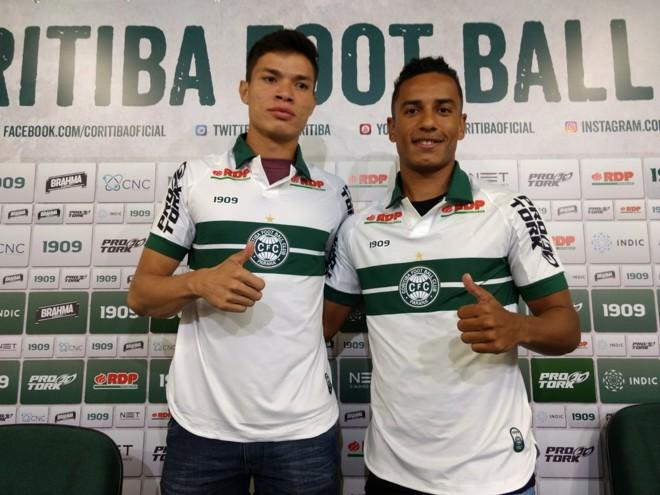 Coritiba apresentou hoje o atacante Lucas Tocantins (ex-Cascavel FC) e o lateral-direito Diogo Mateus (ex-Ferroviária). | /Gerson Klaina/Tribuna