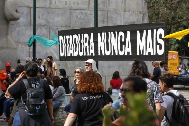 Manifestação contra a ditadura militar em Curitiba por ocasião dos 55 anos do golpe militar no Brasil. | Átila Alberti / Tribuna do Paraná