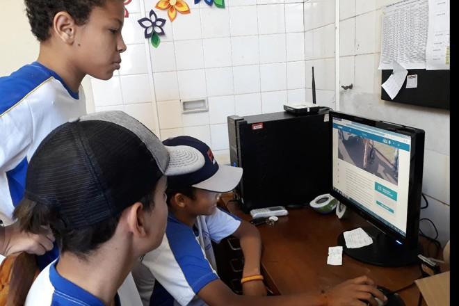 Uma das atividades dos alunos foi a leitura de matérias da Gazeta do Povo |