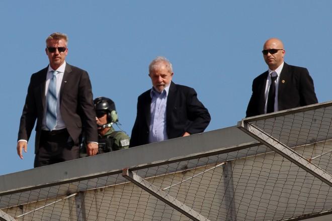 O ex-presidente Lula volta para a prisão em Curitiba após comparecer ao funeral do neto, no mês passado. | Hamilton Bruschz/ Tribuna do Paraná