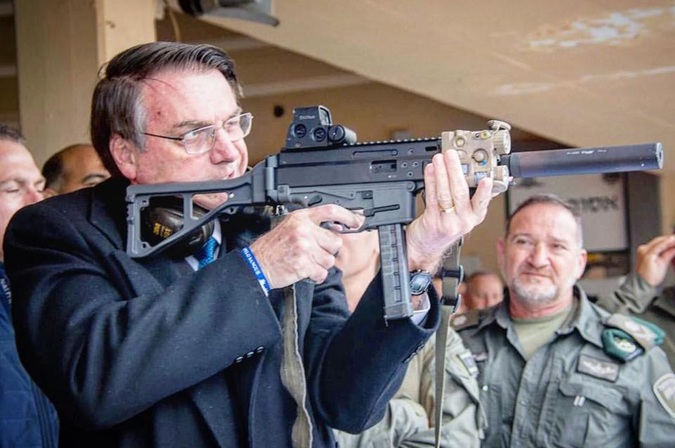 Bolsonaro posa para foto com fuzil israelense e defende armamento ...