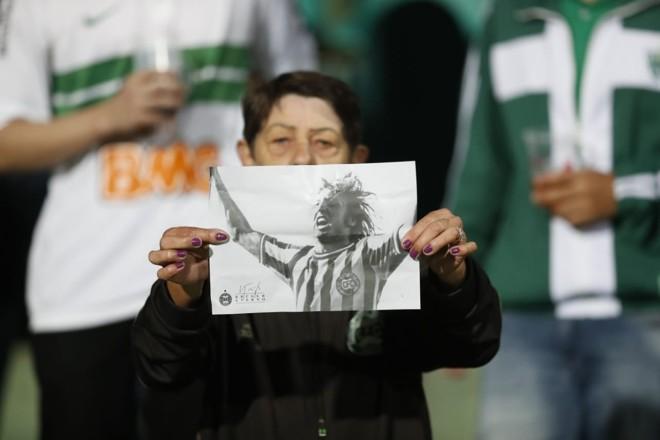 Torcedora homenageia Kruger com imagem que virou estátua. | Jonathan Campos/Gazeta do Povo/