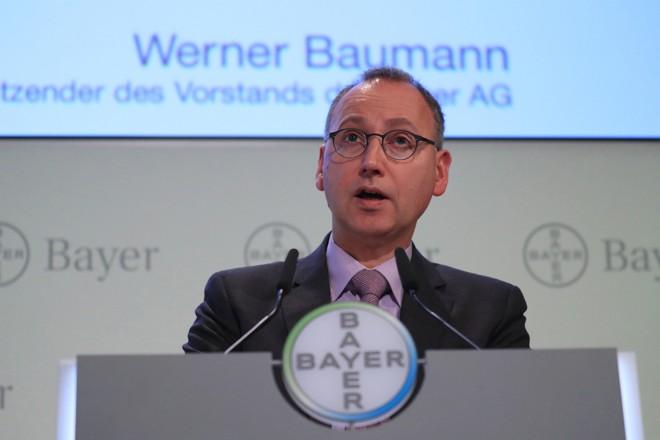 O diretor executivo Werner Baumann e outros líderes da Bayer orquestraram a aquisição por US $ 63 bilhões da gigante norte-americana Monsanto.   Krisztian Bocsi/Bloomberg