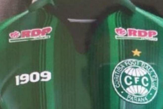 d7b259bd62d Vaza imagem de camisa do Coritiba que homenageia título do Paranaense 99