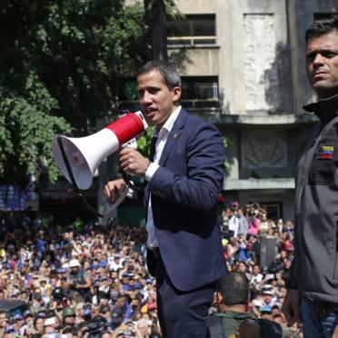 Juan Guaidó e Leopoldo Lopez discursando para multidão em Caracas, nesta terça-feira (30/04).