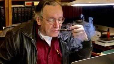 O escritor e filósofo Olavo de Carvalho fuma um cachimbo enquanto lê