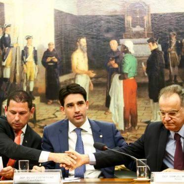 O presidente da comissão especial da reforma da Previdência, deputado Marcelo Ramos, o vice-presidente Silvio Costa Filho, e o relator Samuel Moreira, durante sessão de instalação.