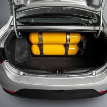 Mesmo com os dois cilindros, ainda sobra espaço no porta-malas (de 520 litros na versão normal do Grand Siena).  Foto: Fiat/ Divulgação