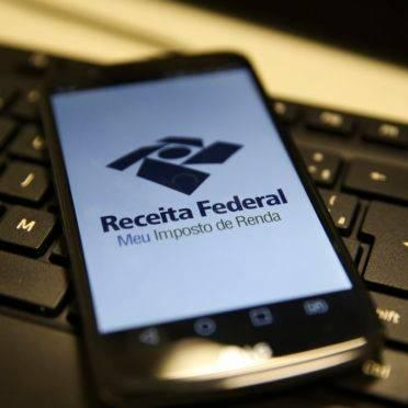Celular com aplicativo da declaração do Imposto de Renda