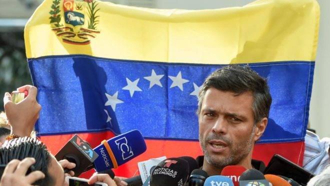 Leopoldo López fala a jornalistas em frente à embaixada da Espanha em Caracas, 2 de maio