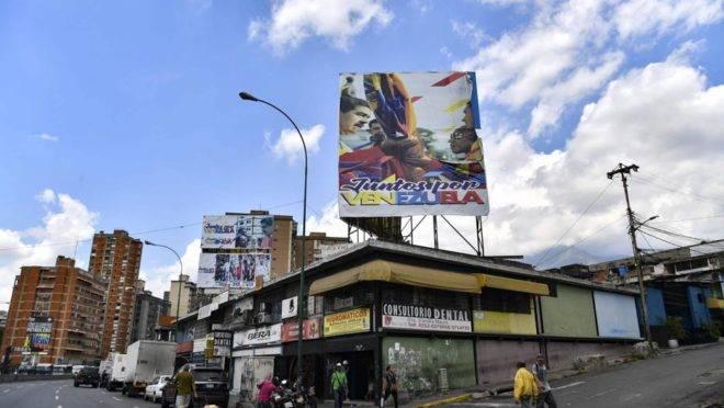 Cartaz com a imagem do ditador venezuelano Nicolás Maduro no bairro de Petare, na capital Caracas. Membros do chavismo enriquecem com atividades criminosas enquanto país entra em colapso