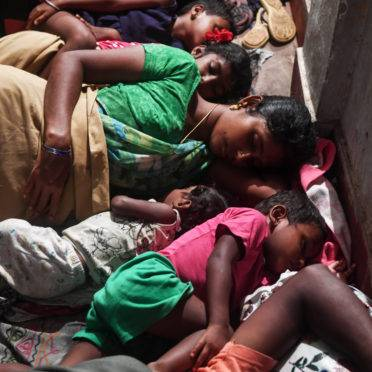 Pessoas evacuadas por segurança descansam em um abrigo temporário em Puri, no estado de Odisha, no leste da Índia, em 3 de maio de 2019