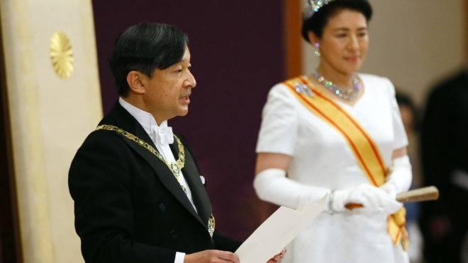 O novo imperador do Japão, Naruhito, discursa ao lado da Imperatriz Masako na cerimônia de ascensão ao trono no Palácio Imperial em Tóquio em 1 de maio de 2019