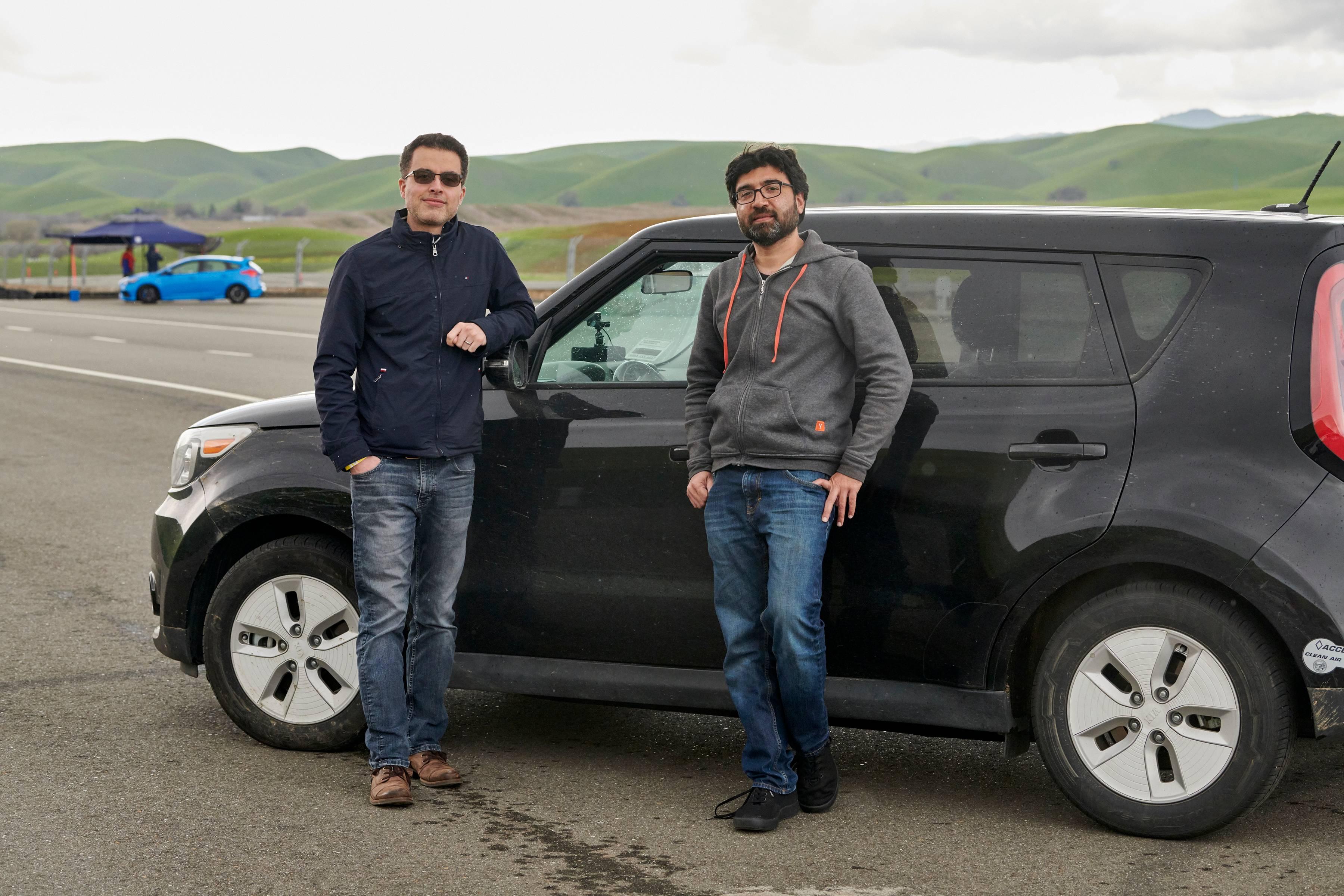 Jose Rojas (esq.) e Faraz Khan, ambos engenheiros de software, com um Kia Soul hackeado e totalmente elétrico.