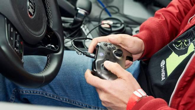 Um hacker de carros com um controle Xbox, que costuma ser usado para calibrar e testar a direção, a aceleração e os freios antes de passar os controles para o software, durante a Self Racing Cars. Foto: Aaron Wojack/The New York Times