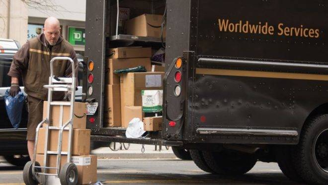 Trabalhador faz entregas em Washington, EUA, dezembro de 2017. Os Estados Unidos registraram  taxa recorde de desemprego
