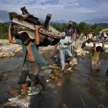 """Pessoas atravessam de San Antonio del Táchira, na Venezuela, para Cúcuta, na Colômbia por """"trochas"""", trilhas ilegais perto da ponte internacional Simón Bolívar, 3 de maio"""