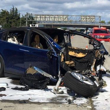 O Model X pegou fogo e ficou carbonizado após bater na mureta.