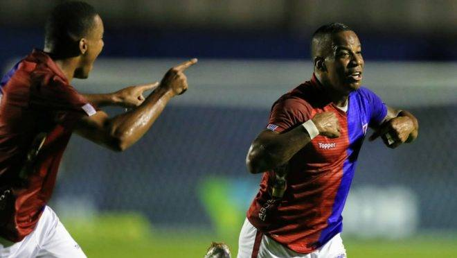 Guilherme Santos comemora o primeiro gol do Paraná. Foto: Jonathan Campos/Gazeta do Povo