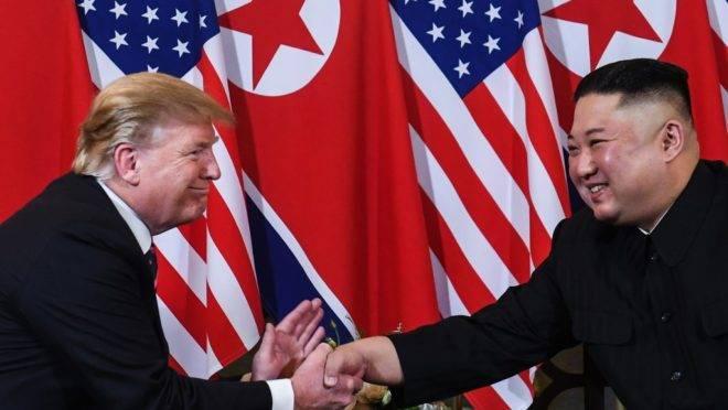 Donald Trump e Kim Jong Un se cumprimentam em cúpula no Vietnã
