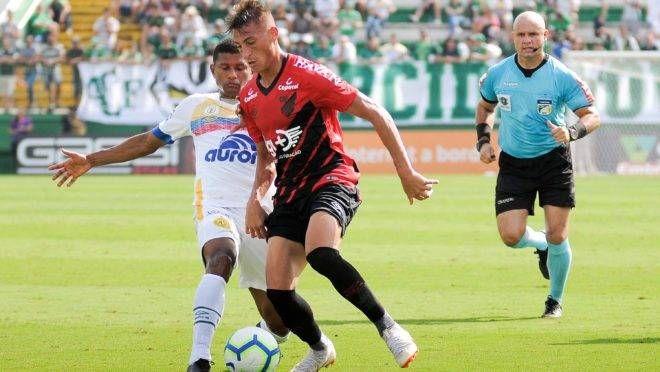 Lance durante a partida entre Chapecoense e Athletico PR, válida pelo Campeonato Brasileiro 2019 na Arena Condá em Chapecó (SC), neste domingo (5).