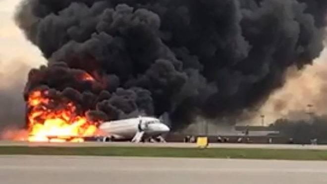 Avião da Aeroflot é consumido pelo fogo no aeroporto de Sheremetyevo