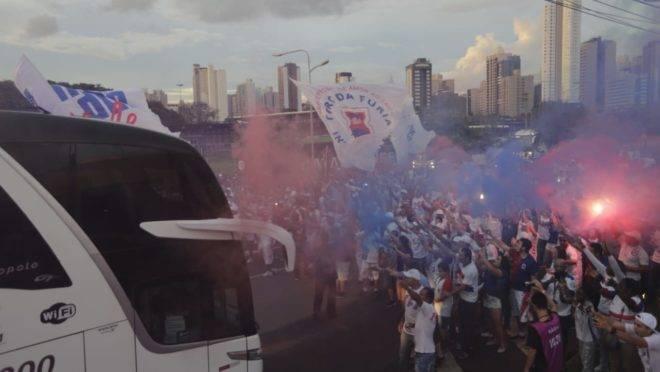 Festa da torcidas paranista na chegada do time ao estádio. Foto: Jonathan Campos/Gazeta do Povo