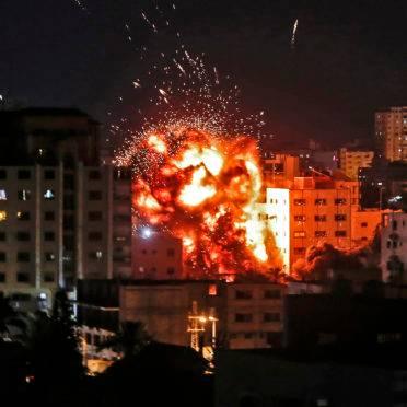 Explosão durante um bombardeio israelense na Cidade de Gaza em 4 de maio de 2019