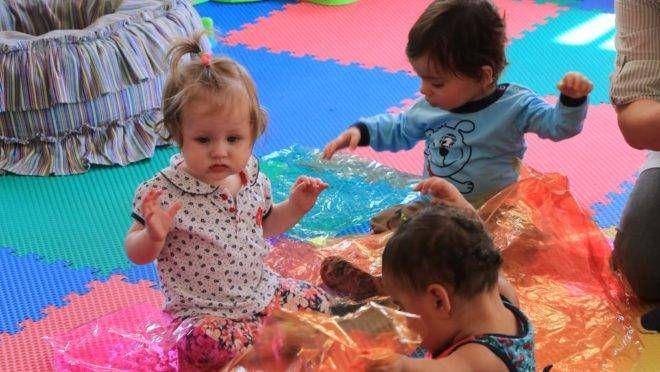 Texturas interessam muito aos bebês até o primeiro ano de idade. | Ivonaldo Alexandre/Gazeta do Povo