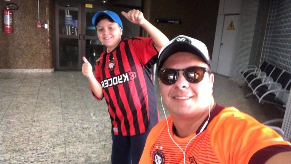 Vídeo: pai surpreende filho com viagem para ver Boca e Athletico na Bombonera